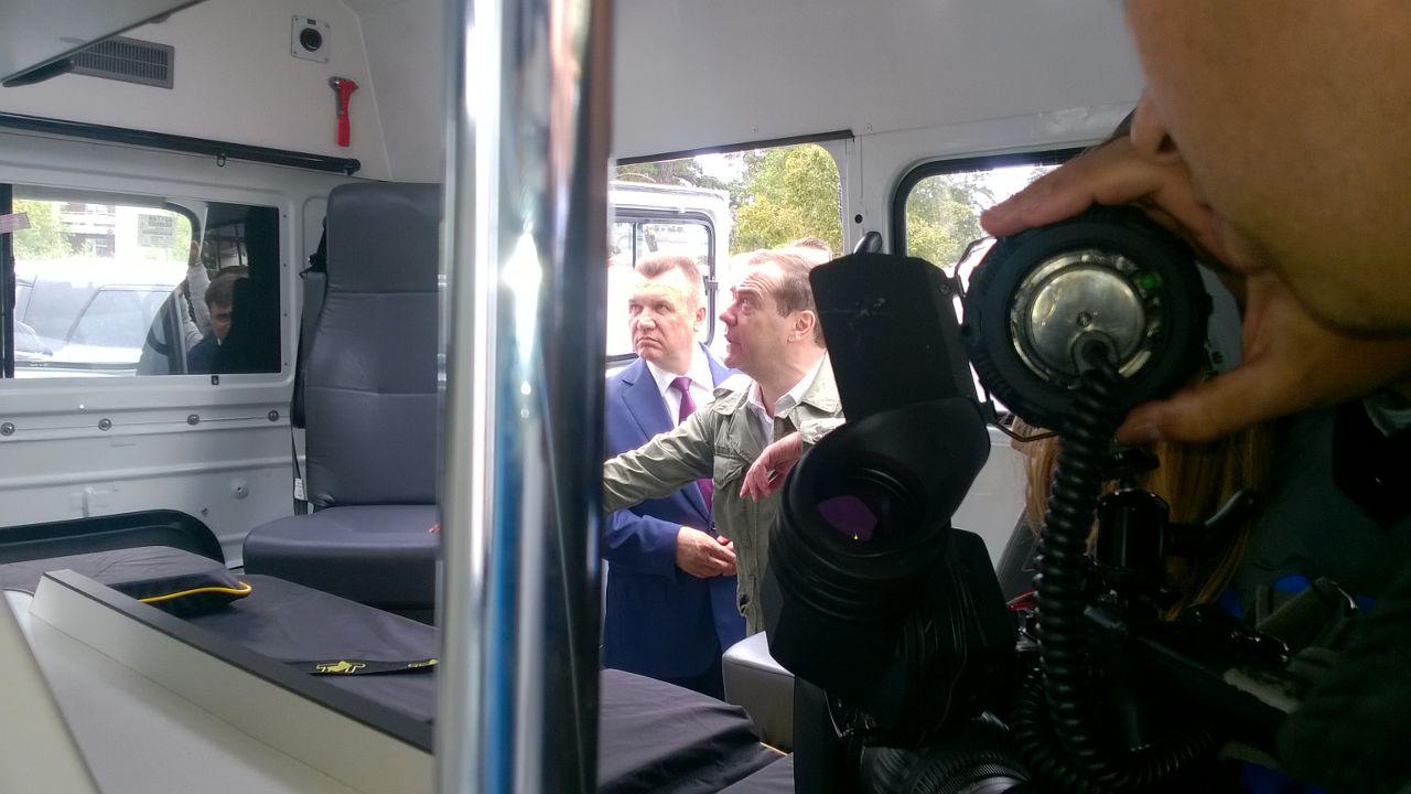 Дмитрий Медведев высоко оценил новые медицинские автомобили УАЗ